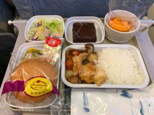 機内食。ボリューミーで完食できず。