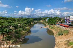 徒歩でタイとミャンマーの国境を越える(c)Megumi Mitani