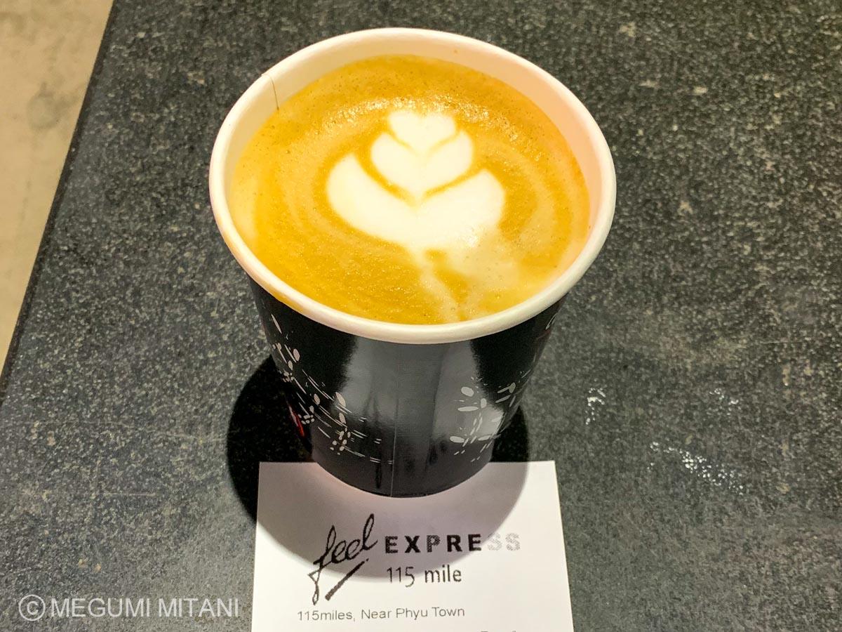 ミャンマーのコーヒー豆で淹れたカフェラテ(c)Megumi Mitani